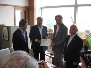 栃木県知事に義援金を寄託